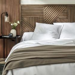 Ambiance linge de lit lavable polycoton confort blanc et couverture polaire taupe